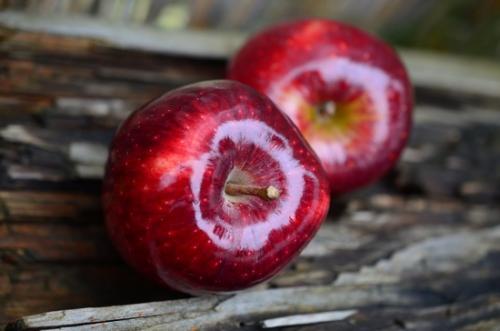 Яблоки калорийность 1 шт. Сколько калорий в среднем яблоке красном?