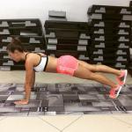 Планка - это упражнение для тех, кто вечно занят и не может выделить пару часов на посещение фитнес-клуба.
